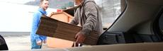 Ehrenamtliche sauter auto kartons packen