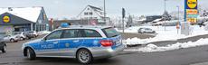 Polizeiauto biegt auf lidlparkplatz ein