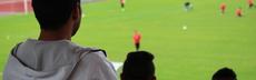 Im stadion zuschauer fl%c3%bcchtling von hinten blick aufs feld