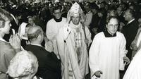Karl lehmann   nach der bischofsweihe auszug aus dem mainer dom