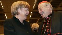 Bundeskanzlerin angela merkel gratuliert am dienstag %2816.05.2006%29 dem mainzer kardinal karl lehmann in der mainzer rheingoldhalle zum 70. geburtstag.