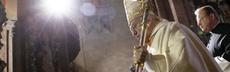 Der mainzer bischof kardinal karl lehmann kommt am sonntag %2801.02.2009%29 in den dom in mainz. mit einem festgottesdienst haben am sonntagmorgen die feierlichkeiten zum jubil%c3%a4um 1000 jahre mainzer willigis dom