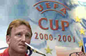 Andreas Brehme bei der Pressekonferenz im Uefa Pokal